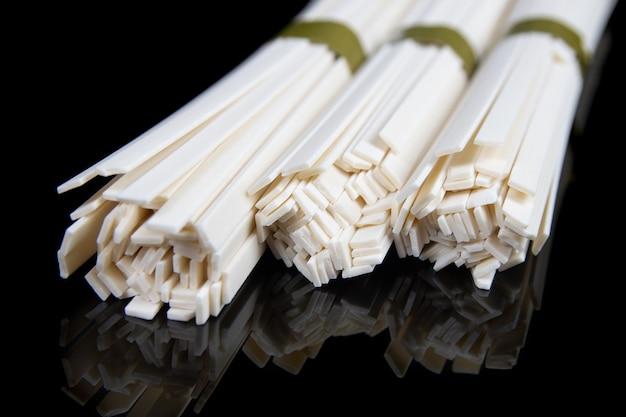 Ongekookte chinese en japanse udon-noedels op zwarte lijst