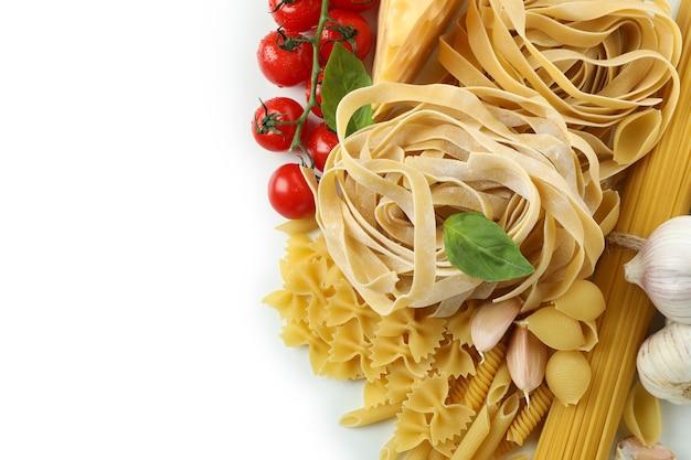 Ongekookte deegwaren en ingrediënten die op wit worden geïsoleerd