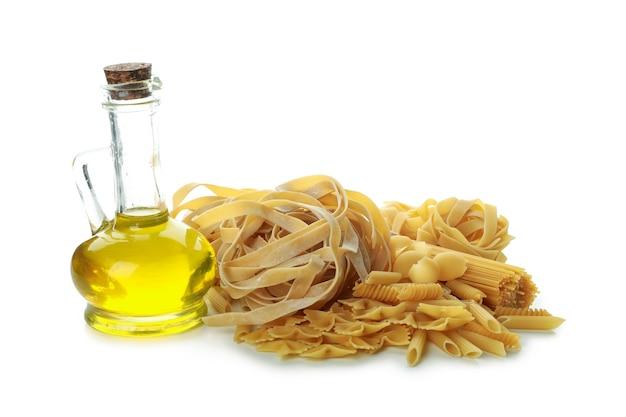 Ongekookte deegwaren en olie die op wit worden geïsoleerd