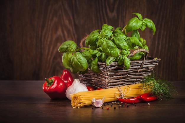 Ongekookte deegwaren met ingrediënt op spaghetti