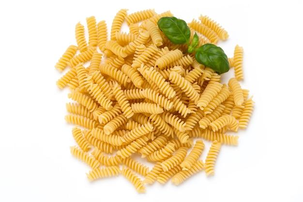Ongekookte fusilli pasta geïsoleerd wit
