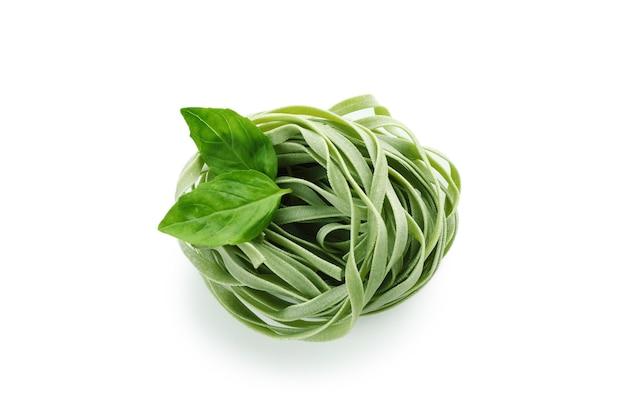 Ongekookte groene pasta geïsoleerd op een witte ondergrond