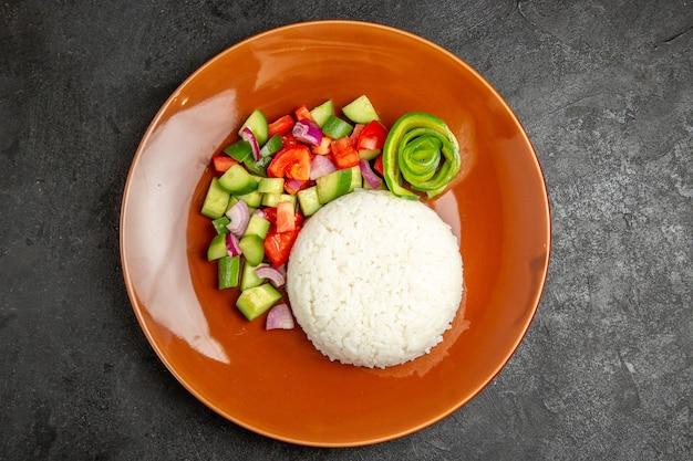 Ongekookte groenten met rijst