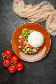 Ongekookte groenten op een bruin bord met rijst