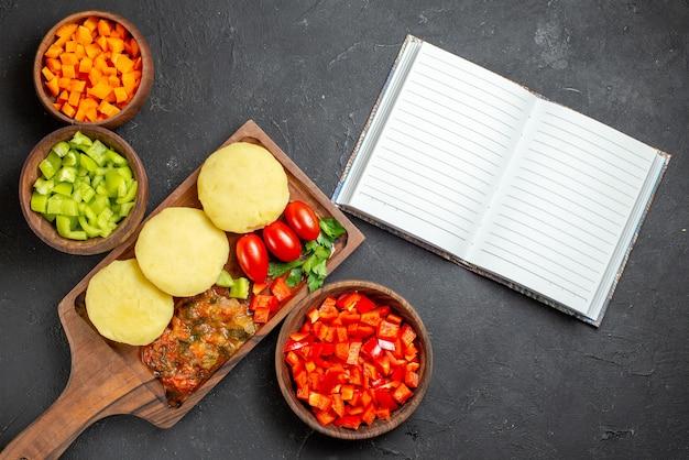 Ongekookte groenten op een bruine snijplank