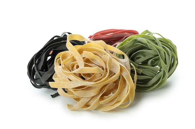 Ongekookte kleurendeegwaren die op wit worden geïsoleerd