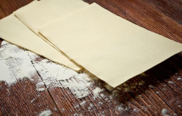 Ongekookte lasagnedeegwaren. italiaans deegwarenvoedsel - culinair koken concept.