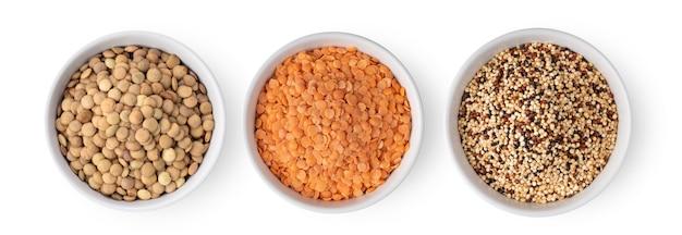Ongekookte linzen quinoa in witte kom geïsoleerd op een witte achtergrond, bovenaanzicht