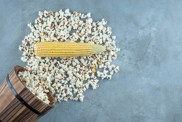 Ongekookte maïsplant met witte popcorns eromheen. hoge kwaliteit foto