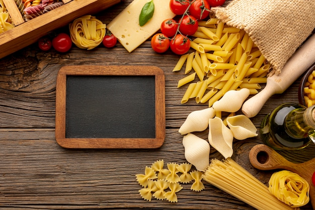 Ongekookte mix van pasta met schoolbordmodel