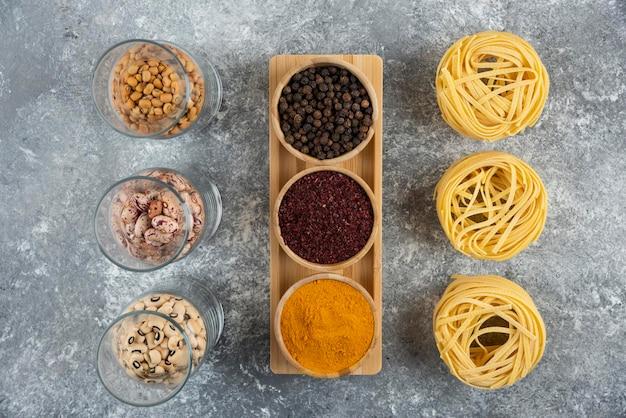 Ongekookte nestpasta met rauwe bonen en paprika.