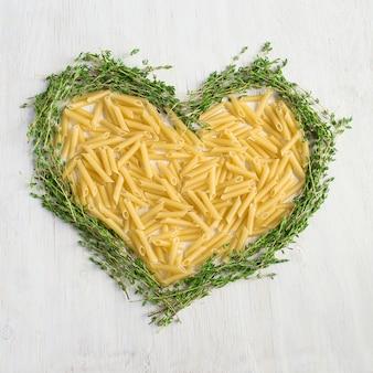 Ongekookte pasta in de vorm van een hart