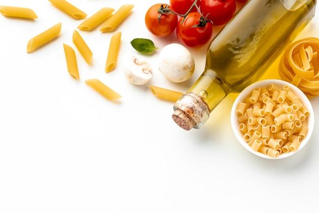 Ongekookte pasta met olijfolie tomaten en kopie ruimte