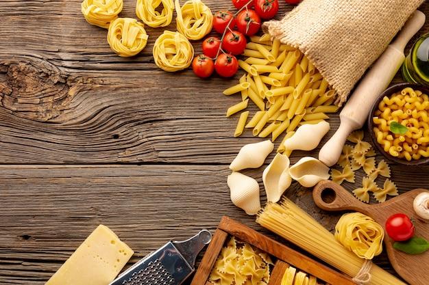 Ongekookte pasta mix met champignontomaten en kopie ruimte