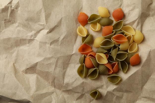 Ongekookte pasta op ambachtelijk papier