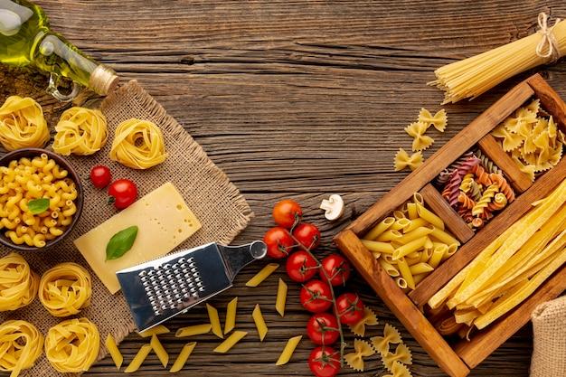 Ongekookte pastamix met tomaten, olijfolie en harde kaas