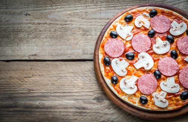 Ongekookte pizza: bovenaanzicht