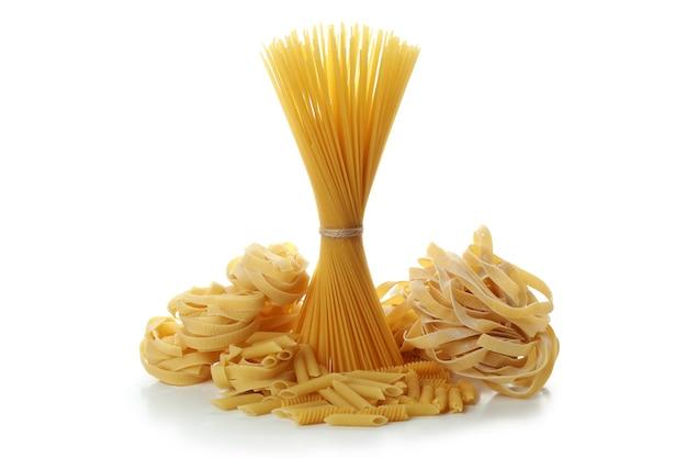 Ongekookte rauwe pasta geïsoleerd op een witte ondergrond