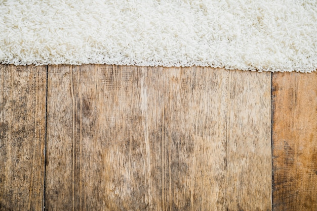 Ongekookte rijst en houten texturenachtergrond