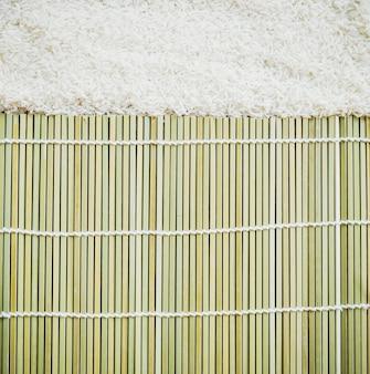 Ongekookte rijst en platemat-textureachtergrond