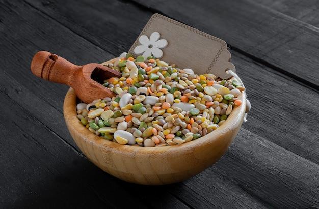 Ongekookte soep van verschillende gekleurde peulvruchten