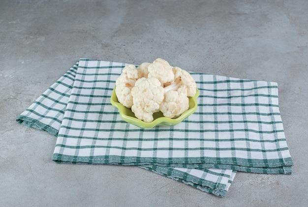 Ongekookte verse bloemkoolgroente op een tafelkleed. hoge kwaliteit foto