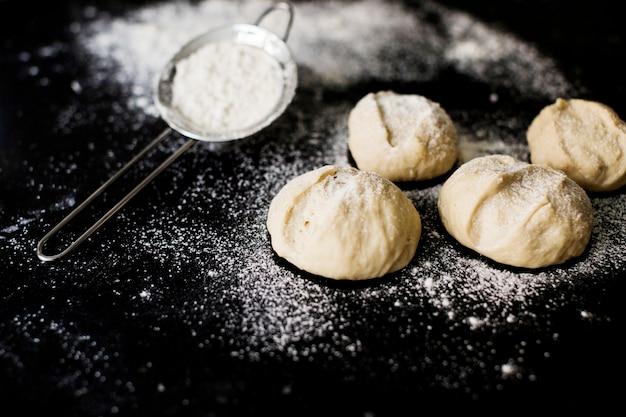 Ongekookte zelfgemaakte bebloemde bolletjes brood