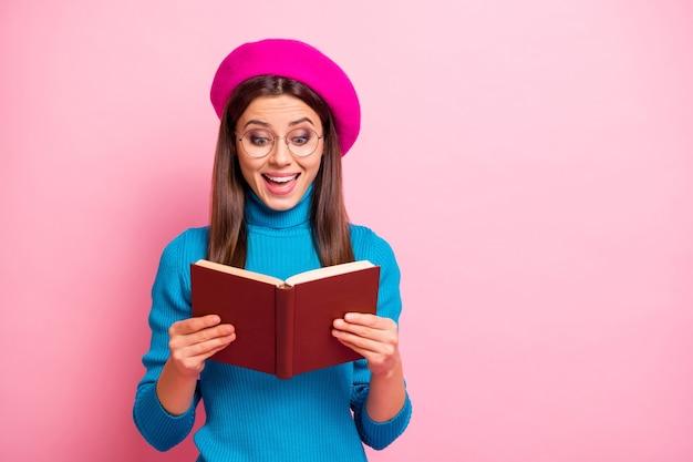 Ongelofelijk einde van het verhaal! verbaasd gek meisje lees leerboek onder de indruk schreeuw wow omg draag een mooie outfit.