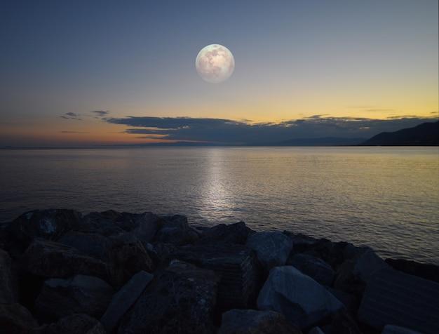 Ongelooflijk maanlicht weerspiegeld op de zee in ligurië