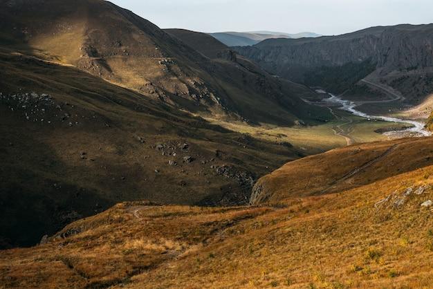 Ongelooflijk mooi berglandschap. panoramisch uitzicht op de herfstbergen. prachtig herfstlandschap. prachtig berglandschap. ruimte kopiëren