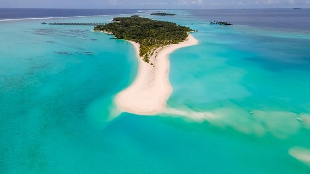 Ongelooflijk mooi landschap eiland van de malediven turkoois water prachtige lucht luchtfoto