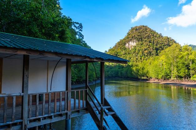 Ongelooflijk mooi natuurlijk landschap, een pier voor boten naar de rivier, in een groen bos met uitzicht op de bergen.