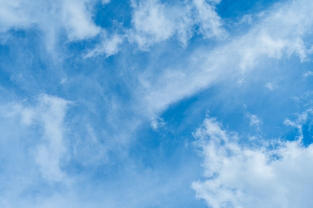 Ongelooflijk mooie wolken tegen een zonnige blauwe lucht. - afbeelding