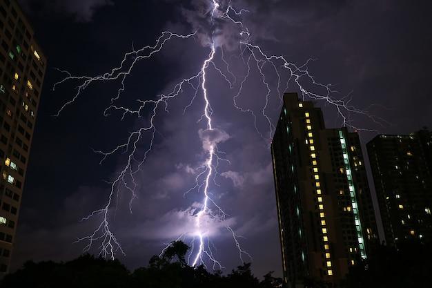 Ongelooflijke echte blikseminslag op de nachtelijke hemel van stedelijk bangkok