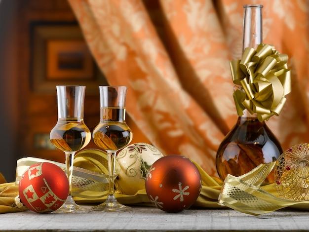 Ongelooflijke kerstsfeer met heldere en kleurrijke decoraties voor een warme, vredige en feestelijke c