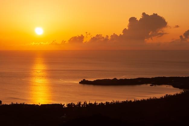 Ongelooflijke zonsondergang op het strand in de vorm van een halve maan
