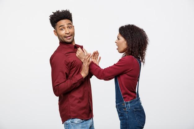 Ongelukkig afro-amerikaans echtpaar in vrijetijdskleding ruzie en figthing.