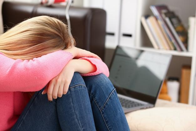 Ongelukkig eenzaam depressief vrouw zittend op de bank