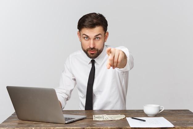 Ongelukkig mannetje dat op kantoor werkt, vooraanzicht, geïsoleerd op wit