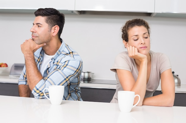 Ongelukkig paar dat koffie heeft die niet spreekt
