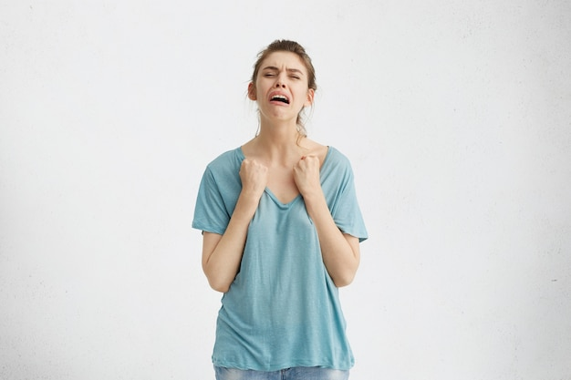 Ongelukkig tienermeisje huilend hart, wanhopig gevoel