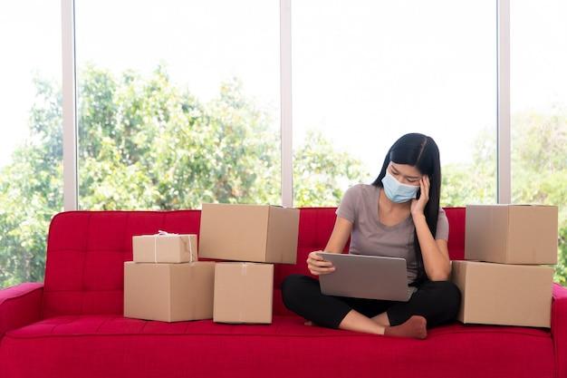 Ongelukkige aziatische jonge ondernemer op een masker