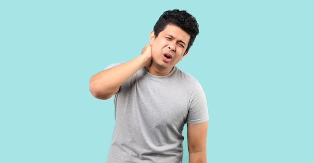 Ongelukkige aziatische man die aan nekpijn lijdt