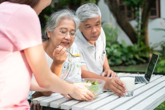 Ongelukkige aziatische senior vrouw anorexia en zeg nee tegen maaltijden ouderen wonen bij familie