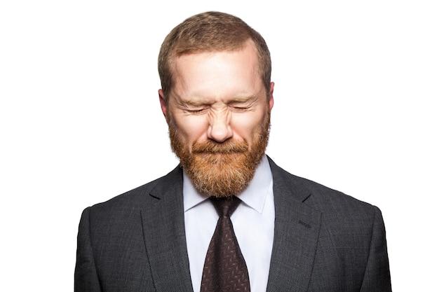 Ongelukkige droevige zakenman met gesloten ogen. geïsoleerd op wit, camera kijken..