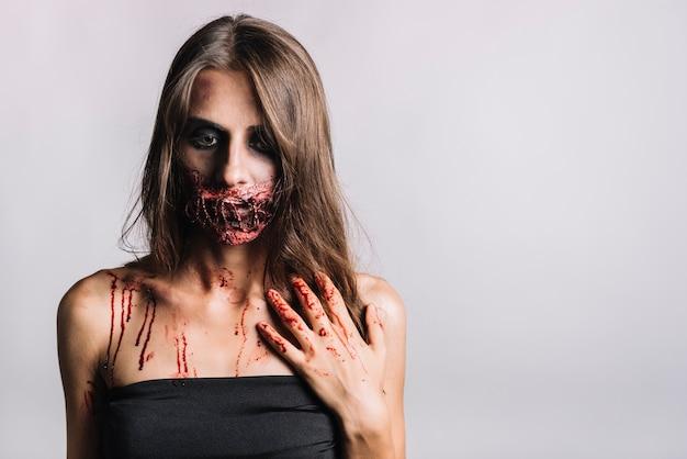 Ongelukkige enge vrouw in zwarte kleding