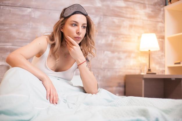 Ongelukkige jonge vrouw omdat ze niet kan slapen. aantrekkelijke vrouw met slapeloosheid.