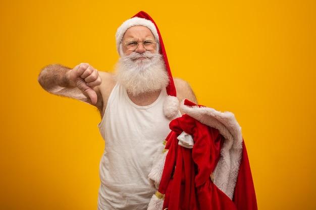Ongelukkige kerstman die zijn kleren vasthoudt na of voordat hij cadeautjes bezorgt.