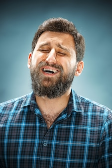 Ongelukkige man in blauw shirt