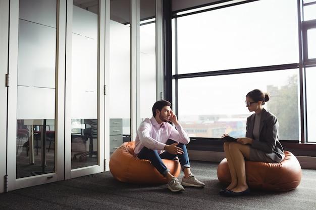 Ongelukkige man in gesprek met adviseur